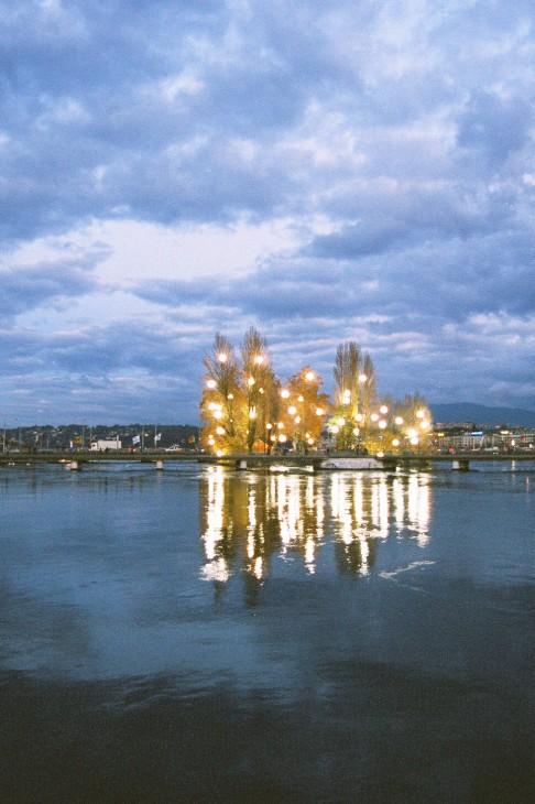 île Rousseau, Genève, vue de nuit - Photographie David Huguenin